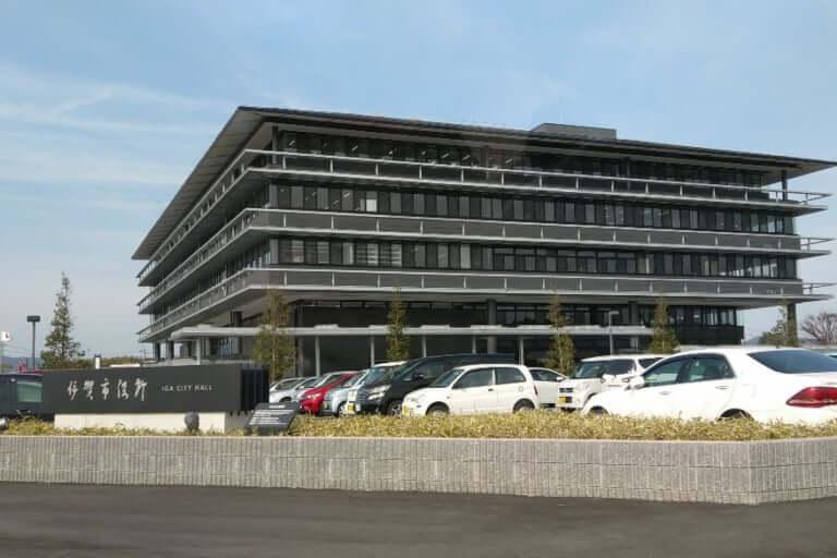 【伊賀市】伊賀市役所本庁舎前の交差点で、三重県初のラウンドアバウトの試行運用を実施