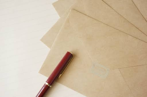 封筒と赤いペン