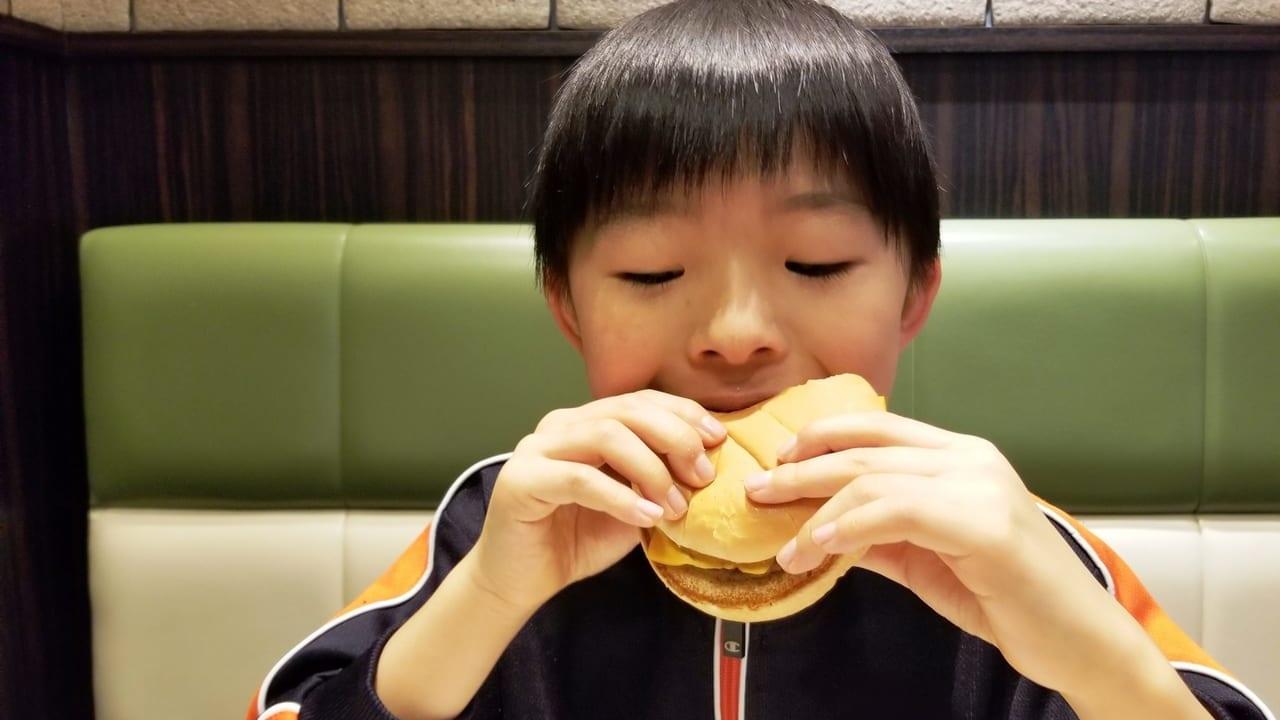 ハンバーガーを食べる子供の画像